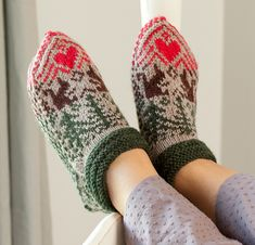 Martingale - Knitting Scandinavian Slippers And Socks Ebook ! martingale - chaussons et chaussettes scandinaves en tricot ebook Knitting Socks, Hand Knitting, Knitting Patterns, Norwegian Knitting, Knitted Slippers, Slipper Boots, Christmas Knitting, Knit Crochet, Crochet Tops
