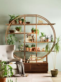 Golden China shelf, Rose armchair - Before After DIY Cute Home Decor, Retro Home Decor, Cheap Home Decor, Home Interior, Interior Decorating, Interior Livingroom, Interior Ideas, Living Room Decor, Bedroom Decor