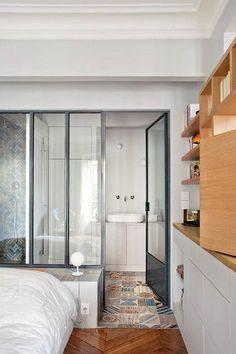 Suite parentale séparée de la salle de bain par une verrière.