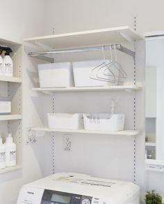 棚板の高さを自由に設定できるクレバリーホームの可動棚。パイプを組み合わせればハンガーを掛けたり、洗濯物の一時干しのスペースとしても便利です。洗濯機の上のスペースを有効活用できます。 Bathroom Cabinet Organization, Laundry Room Storage, Laundry Room Design, Home Organization, Bathroom Medicine Cabinet, Small Bathroom Sinks, Laundry In Bathroom, Modern Bathroom, Living Etc