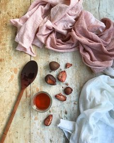 Avocado Dye: FAQs / Top-Tipps für Pink - Rebecca Desnos - Art with kids - Avocado Natural Dye Fabric, Natural Dyeing, Au Natural, Avocado Plant, Pink Dye, How To Dye Fabric, Dyeing Fabric, Dyeing Yarn, Dibujo