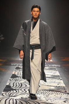 A man's kimono. The newest line of Japanese kimono at Mercedes-Benz Fashion Week TOKYO's by JOTARO SAITO for 2016 autumn and winter! Tokyo Fashion, Harajuku Fashion, Kimono Fashion, Mens Fashion, Traditioneller Kimono, Male Kimono, Japanese Costume, Japanese Kimono, Traditional Kimono
