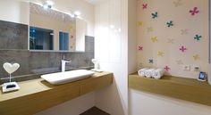 Deze warme design badkamer bevat alles om iedere werkdag heerlijk te ...