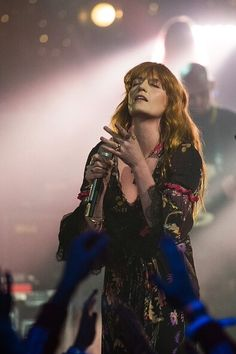 Florence + the Machine performing 'Ship To Wreck' and 'Delilah' on TFI Friday Florence Welch Style, Florence The Machines, Diane Keaton, Love Her Style, Kimono Fashion, Popular Culture, How Beautiful, Portrait, Tfi Friday