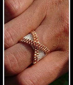 Piey woven ring with miyuki pearls Diy Beaded Rings, Beaded Earrings, Beaded Jewelry, Silver Jewelry, Beaded Bracelets, Wire Jewelry, Jewelry Findings, Hoop Earrings, Seed Beads