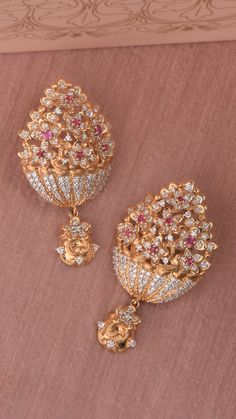 When picking gold earrings you need to look at the gold's karat aspect. Different karat numbers are what explain simply how much pure gold is in the earrings. Gold Ring Designs, Gold Bangles Design, Gold Jewellery Design, Jewelry Design Earrings, Gold Earrings Designs, Jhumka Designs, Gold Jewelry Simple, Fine Jewelry, India Jewelry