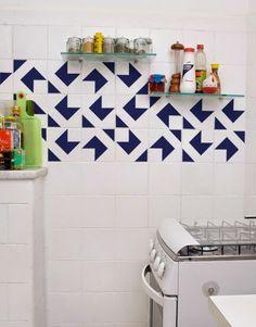 Adesivos nos azulejos podem operar milagres numa cozinha!
