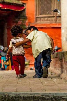 The innocent details in the kindness of a child. This picture is worth a words. Little Children, Precious Children, Beautiful Children, Laura Lee, Little People, People Around The World, Belle Photo, Beautiful World, Cute Kids