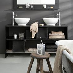 Unieke en oude elementen verbreken het harde zwart-wit in de badkamer
