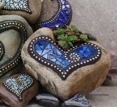 Stenen met een hartjes mozaīk versieren, kan ook met oud serviesgoed.