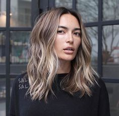 Are you looking for blonde balayage hair color For Fall and Summer? See our collection full of blonde balayage hair color For Fall and Summer and get inspired! Wavy Hairstyles Tutorial, Bob Hairstyles, Short Haircuts, Trendy Hairstyles, Layered Haircuts, Medium Wavy Hairstyles, Haircuts For Medium Length Hair, Modern Haircuts, Short Hairstyle