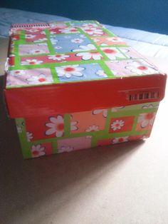 Caja decorada con papel de regalo, y washitape!