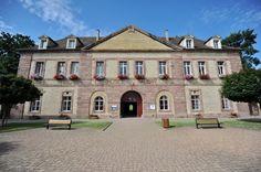 Découvrez l'histoire et l'architecture de la place-forte de Neuf-Brisach, ultime création de Sébastien Le Prestre, marquis de Vauban, l'ingénieur militaire le plus célèbre du roi Louis XIV qui lui confia en particulier la protection des frontières du nord-est de la France. C'est le roi lui-même qui choisit le plan octogonal de la forteresse. Les fortifications de Vauban sont inscrites sur la liste du patrimoine mondial de l'UNESCO depuis 2008.  Rejoignez Vauban porte de Belfort (1700).
