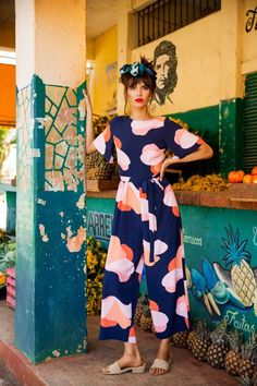 Explore unique lifestyle clothing and colourful dresses inspired by style silhouettes. Fashion Fabric, 70s Fashion, Colorful Fashion, Fashion Outfits, Look Blazer, Dress Up Boxes, Kinds Of Clothes, Lifestyle Clothing, Textiles