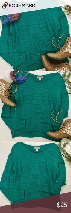 """Gianni Bini Knit sweater Gianni Bini does it again! This beautiful sweater is knit both right and loose to create a wave design in the front & back. The front is 2"""" or so shorter than the back. There is one weave in the back that is pulled looser (pic) but the sweater is still in great condition! 💕 Gianni Bini Sweaters Crew & Scoop Necks"""