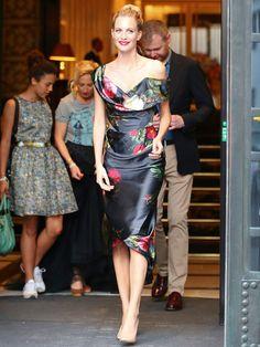 ポピー・デルヴィーニュが着こなす大人のボタニカルドレス