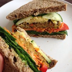 A delicious vegetable burger for lunch! Trying out a new super grain loaf with buckwheat, millet, rye, quinoa, sunflower seeds + more! ☀️ #gym #delicious #fitspo