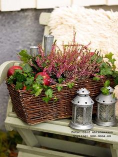 Beautiful decorations with heather and ivy in a wicker basket. - Beautiful decorations with heather and ivy in a wicker basket. Autumn Garden, Autumn Home, Fall Containers, Deco Addict, Balcony Plants, Fall Arrangements, Paint Colors For Living Room, Basket Decoration, Fall Table