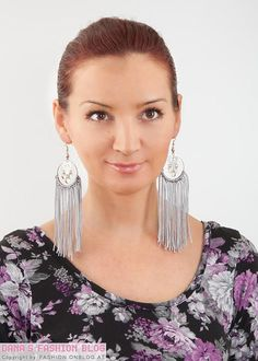 Jewelry DIY Tutorial: Spice up simple hoop earrings with frings Simple Earrings, Diy Earrings, Hoop Earrings, Earring Tutorial, Diy Tutorial, Jewelry Crafts, Diy Jewellery, Jewelry Tools, Jewelry Ideas