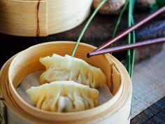 Chińskie pierożki na parze : przepisy : SlodkoKwasny.com Oriental Food, Asian Cooking, Dim Sum, Dumplings, Cantaloupe, Food And Drink, Dinner, Fruit, Vegetables