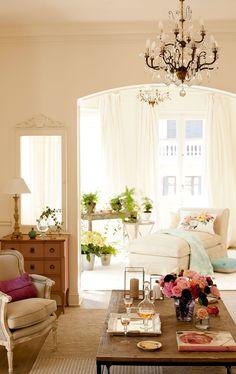 Salón clásico en blanco con chandelier y chaiselongue junto a la ventana