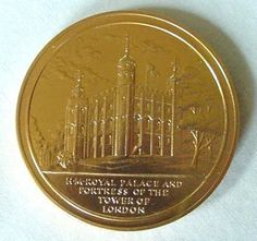 1972 TOWER OF LONDON WARDER HER MAJESTY'S PALACE COIN MEDAL W/ ORIGINAL CASE
