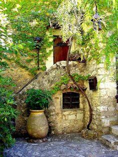 コート・ダジュールの街「エズ」(ニースとモナコの中間に位置する)の古い家の玄関 - フランス南東部