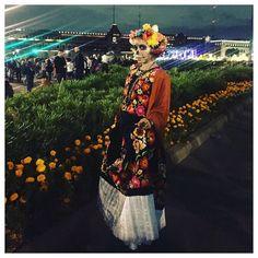 Anoche se celebró el desfile de Día de Muertos en la Cuidad de México. Miles de personas inundaron El Centro vestidos de calaveritas! Fue una noche mágica. Es un súper panorama para empezar a planificar el 2017  Las Calaveras vestidas fancy se llaman Catrinas. Esta está vestida de tehuana oaxaqueña. Es un tipo de vestido súper fino bordado a mano sobre terciopelo. Pueden llegar a costar hasta un milllon de pesos chilenos  #DiadeMuertos #CDMX #