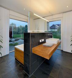 Superb Modernes Badezimmer mit grauen Fliesen und Holz Inneneinrichtung Bungalow Haus Ederer von Baufritz HausbauDirekt