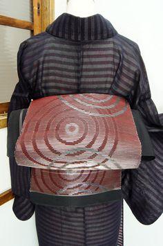 緋と黒の色糸に銀がアクセントになって織り上げられた、同心円のグラフィカルパターンが印象的な単帯です。 #kimono