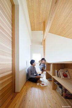 階段を上がった2階ホールには本棚を造作。廊下となる場所も有効に使うアイディアです。 - #家づくり #木の家 #自然素材の家 #マイホーム計画 #プロダクトハウス #規格型住宅 #30坪の家 #ジョリパット #コンパクトな家 #小さな家 #pure #吹抜けのある家 #フルオープンサッシ #大きな窓 #デッキのある家 #共有スペース #本棚 #お庭 #ガーデニング #新潟注文住宅 #長岡注文住宅 #ナレッジライフ #knowledgelife Divider, Pure Products, Room, Furniture, Home Decor, Bedroom, Decoration Home, Room Decor, Rooms