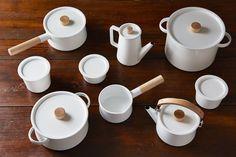 Designer Makoto Koizumi offers this incredibly beautiful and understated Kaico enamel kitchenware set, an award winner no less. Kitchen Items, Kitchen Utensils, Kitchen Decor, Cooking Utensils, Country Kitchen Cabinets, Kitchen Cabinet Design, Enamel Cookware, Cookware Set, Kitchenware Set