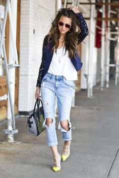 Why not wear a navy sequin blazer with light blue ripped boyfriend jeans? As well as very comfy, these pieces look great worn together. For maximum impact, complete your outfit with a pair of yellow leather pumps. Jeans Boyfriend, Vaqueros Boyfriend, Look Fashion, Womens Fashion, Fashion Trends, Fashion News, Look Blazer, Look Girl, Look Chic