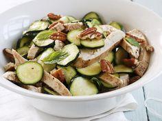 Hähnchen-Zucchini-Salat mit Nüssen - smarter - Kalorien: 400 Kcal - Zeit: 30 Min. | eatsmarter.de