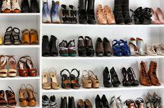 Outro dia mostrei fotos dos closets de várias celebridades, e agora chegou a vez do closet de sapatos da blogueira Jane Aldridge, do Sea of Shoes. Acho que só a Mariah Carey não vai ficar com inveja. Se bem que apesar do da Mariah ser bem maior eu ainda prefiro esta seleção aí…