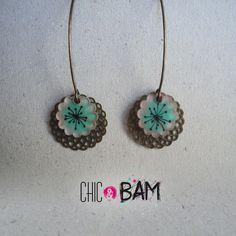 boucles d'oreille estampes bronze et fleurs turquoises en plastique dingue