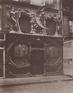L'Equivoque à Paris (1910), photographie par Eugène Atget. Elle était située au 16 rue Blondel à Paris (Source Zeno), vers 1910.