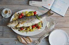 Mit reichlich Gemüse, frischen Kräutern und einem anständigen Olivenöl entfaltet sich ein Loup de mer (wild und geangelt) im Ofen von allein.