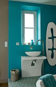 La couleur du mur est superbe...bleu, évidemment!!!