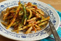 fasole verde pastai cu usturoi si rosii-retetecalamamaro Romanian Food, Romanian Recipes, Banoffee, Light Recipes, Veggie Recipes, Carrots, Delish, Side Dishes, Spaghetti