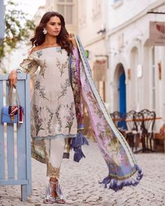 The 'Delphinium' from Shiza Hassan's Luxury Lawn Collection 2018 is a perfect summer classic with beautiful feminine details blending with luscious fabrics! Watch this space as we share more updates from their fabulous Campaign shot in Alacati, Turkey! 💯🌹 #ShizaHassanLawn2018 #ShizaHassanLawn #ShizaHassan #SS18 #styleonset