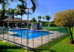A área da piscina foi totalmente cercada para maior segurança de crianças e animais de estimação.