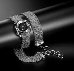 Infinity by BREIL @annyvanbuul  Breil introduceert een nieuw multiwear  concept. Een ontwerp dat kan worden gedragen als horloge, als sieraad, en als beide. De super flexibele, als satijn aanvoelende mesh armband kan (afhankelijk van het gekozen model) 2 of 3 keer om de pols worden gedrapeerd. Naar keuze puur als armband. Of mét het afneembare uurwerk erbij. De index op de Infinity wijzerplaat is gemaakt van Swarovski steentjes. Tevens is dit sieraad ook als collier te dragen.