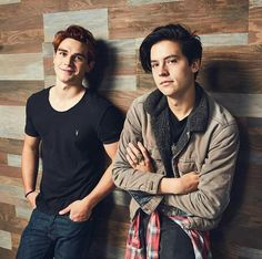 KJ Apa and Cole sprouse (Archie and Jughead from Riverdale) ❤️ ❤️ ❤️ ❤️ Sprouse Cole, Sprouse Bros, Cole Sprouse Jughead, Dylan Sprouse, Kj Apa Riverdale, Riverdale Archie, Riverdale Aesthetic, Riverdale Funny, Riverdale Memes