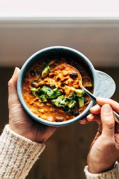 Queso Chicken Chili with Roasted Corn and Jalapeño Pinch of Yum - Easy Dinner Slow Cooker Recipes, Soup Recipes, Crockpot Meals, Dinner Recipes, Blue Corn Tortilla Chips, Mexican Food Recipes, Healthy Recipes, Healthy Meals, Yummy Recipes