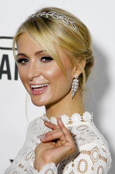 Penteado Paris Hilton anFAR 2016, penteado para noivas, coque baixo | http://modaefeminices.com.br/2016/11/04/kate-midleton-e-paris-hilton-repetiram-o-vestido-branco-oscar-de-la-renta/