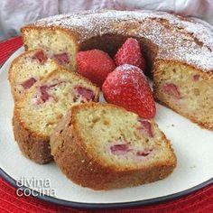 Receta fácil de bizcocho de fresas con yogur cremoso y trozos de fruta.