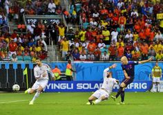 Dutch player Arjen Robben (L) scores the 2-1 against Spainish defenders Sergio Ramos (C) and Gerard Pique (L) during the FIFA World Cup 2014 group B preliminary round match between Spain and the Netherlands at the Arena Fonte Nova in Salvador, Brazil, 13 June 2014.-EPA
