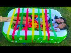مضحك الطفل مقابل الأم النوم في حمام السباحة! تعلم الألوان مع الشريط الأطفال أغاني فنجر الأسرة للأطفا - YouTube