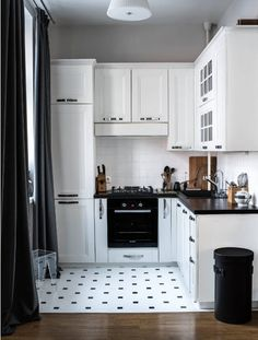 Simple dirty kitchen design smart black and white kitchen design kitchen cabinets colors Kitchen Remodel Cost, Kitchen Cabinet Remodel, Kitchen Cabinet Design, Kitchen Cabinets, Floors Kitchen, White Cabinets, Kitchen Island, Kitchen Furniture, Kitchen Interior